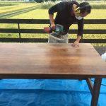 ダイニングテーブルが汚れたら削ればいい。無垢材だからできること。