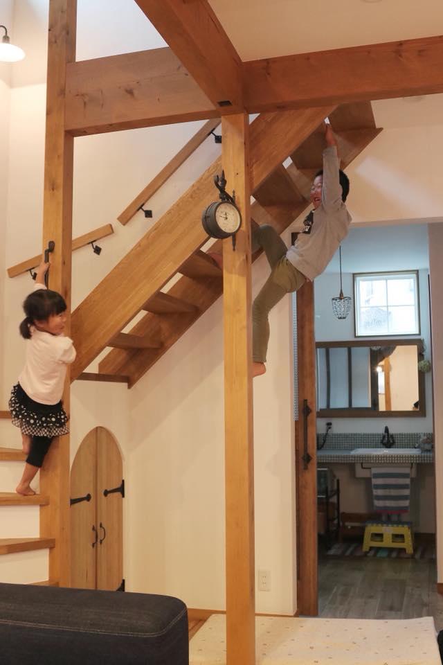 オープン階段をアスレチックのようにして遊ぶ子供たちにびっくり!(笑)