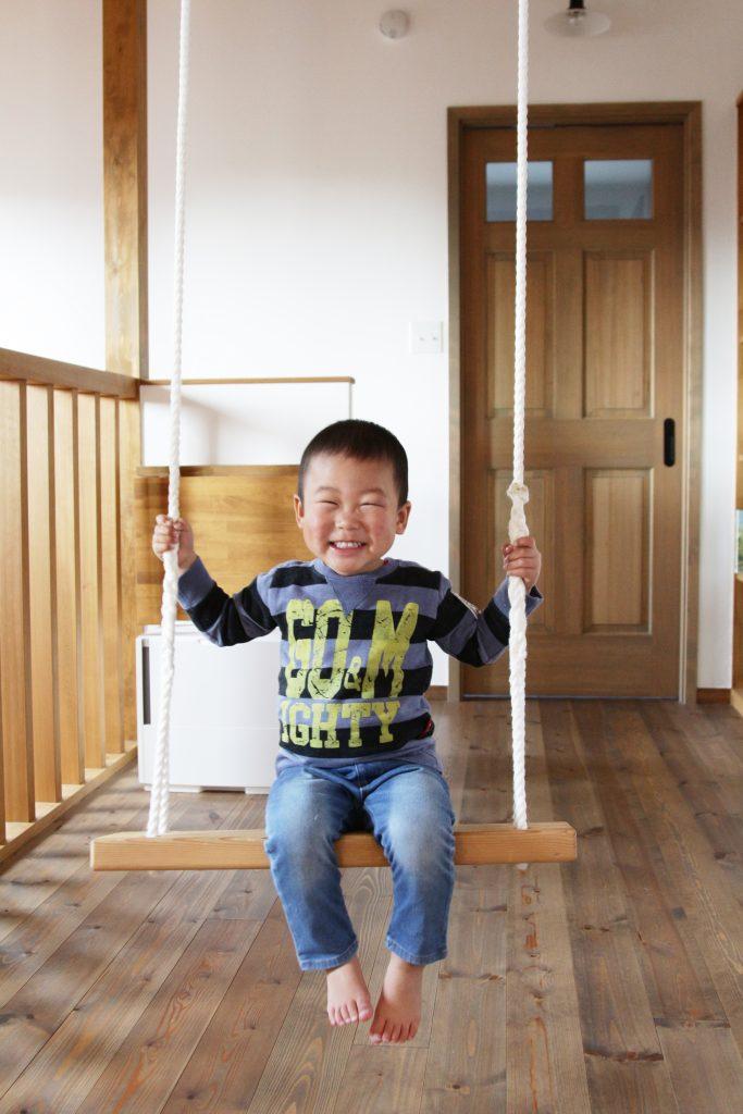 2階のホールに設置されているブランコは子供たちが取り合いになるほどの人気♩