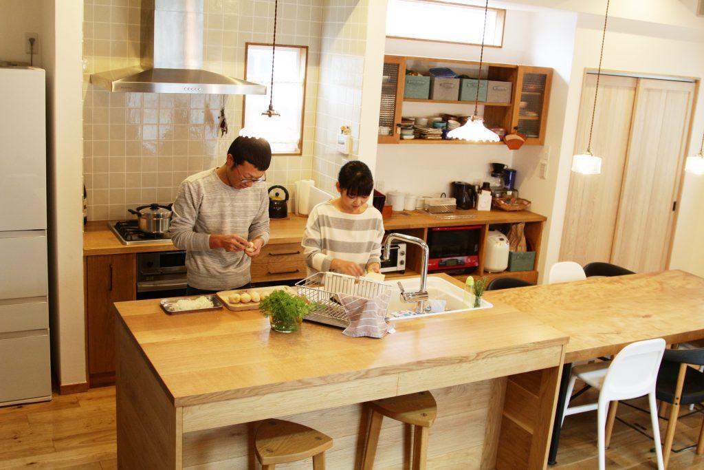 ワークトップまで無垢材のこだわりの二列型キッチンで料理を✨